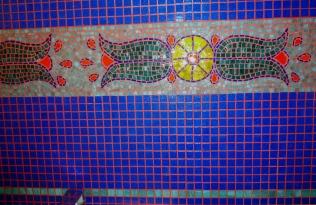 frise en pête de verre et albertini pour salle de bain