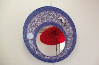 Miroir Shes Got the blues, faience et pâte de verre (80cm)