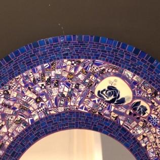Miroir Shes Got the blues, faience et pâte de verre (80cm) détail