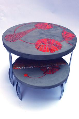 """tables basses de jardin """"Colères"""", béton et mosaïque (la grande 60 cm de Diam, 40 cm de haut ; la petite, 43 cm de diam, 23 cm de haut)"""