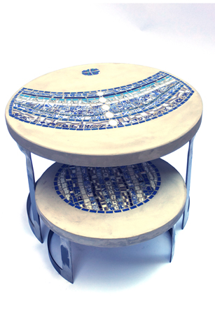 """tables basses de jardin """"duo Mink"""", béton et mosaïque (la grande 60 cm de Diam, 40 cm de haut ; la petite, 43 cm de diam, 23 cm de haut)"""