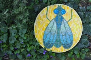 bijoux de jardin bzzzz la mouche, pâte de verre, mosaïque Vanina Mercury