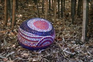 galet moyen CERCLE ROUGE, pouf de jardin, pâte de verre et picassiette (0,40x0,60x0,35) © Yves Inchierman