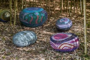 Bijoux de jardin, galets poufs en mosai^que picassiette, tout léger © Yves Inchierman