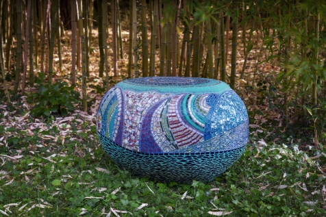 grand galet pouf table, pâte de verre, picassiette (81cmx7Ocm ;Hauteur 50cm) © Yves Inchierman