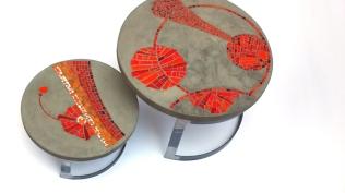 """ables basses de jardin """"Colères"""", béton et mosaïque (la grande 60 cm de Diam, 40 cm de haut ; la petite, 43 cm de diam, 23 cm de haut)"""