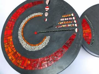 Grand Plateauduo de table basse de jardin, béton teinté et mosaïque